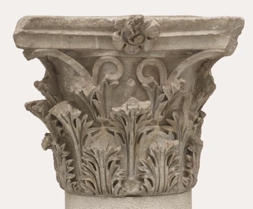 Korinthoszi oszlopfő, ívelten kihajló akanthuszlevelekkel